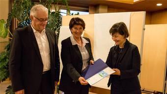 Im Dezember 2017 überreichte Elsbeth Müller (r.), Geschäftsleiterin Unicef Schweiz, der damaligen Gemeinderätin Antoinette Eckert und Gemeindeammann Roland Kuster die Auszeichnung für Wettingen als «Kinderfreundliche Gemeinde».