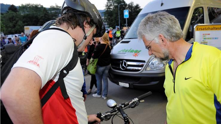 Läufer Werner Friedli mit letztem Check vor dem Start zusammen mit seinem Sohn.