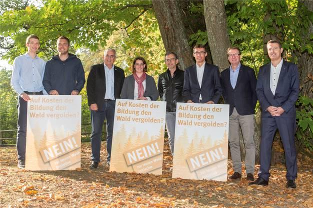 Von links: Martin Mennet (JFDP), Philippe Tschopp (BDP), Roland Frauchiger (EVP), Jeanine Glarner (FDP), Beat Hiller (GLP), Lukas Pfisterer (FDP), Hans-Ruedi Hottiger (parteilos, CVP-Fraktion) und Thomas Burgherr (SVP) wollen die Waldinitiative bodigen.