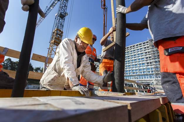 Kunst am Bau: Eine Mauer wird mit verschieden farbigem Beton gegossen. Künstler Christoph Haerle legt selbst Hand an
