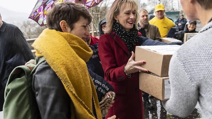 Die Nationalrätinnen Priska Seiler Graf (SP, ZH, rechts) und Lisa Mazzone (GPS, GE, links), Co-Präsidentinnen von KLUG am Montag in Bern: Sie reichen eine Petition bei den Parlamentsdiensten ein, die an den Flughäfen von 22 bis 7 Uhr Nachtruhe fordert.