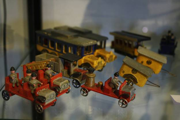 Holzfiguren aus dem Erzgebirge nehmen auf Feuerwehrautos Platz