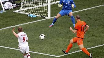 Michael Krohn-Dehli (links) trifft zum 1:0 für Dänemark