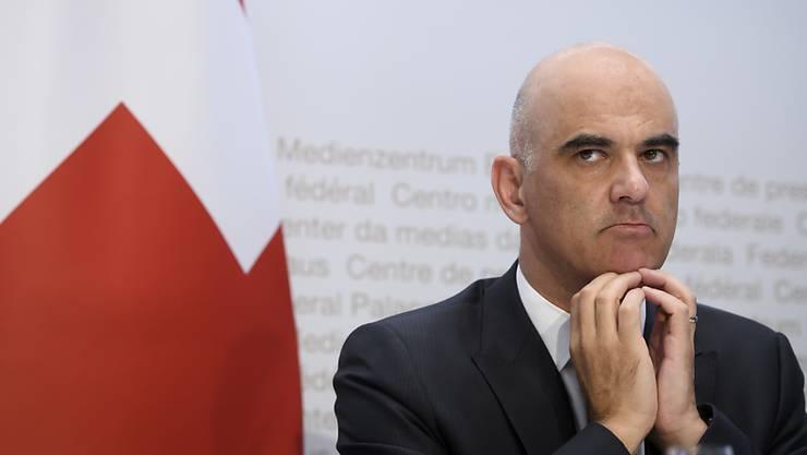 Bundesrat Alain Berset beriet erneut mit den Kantonen – unter anderem über die Länge der Quarantäne. (Archivbild)