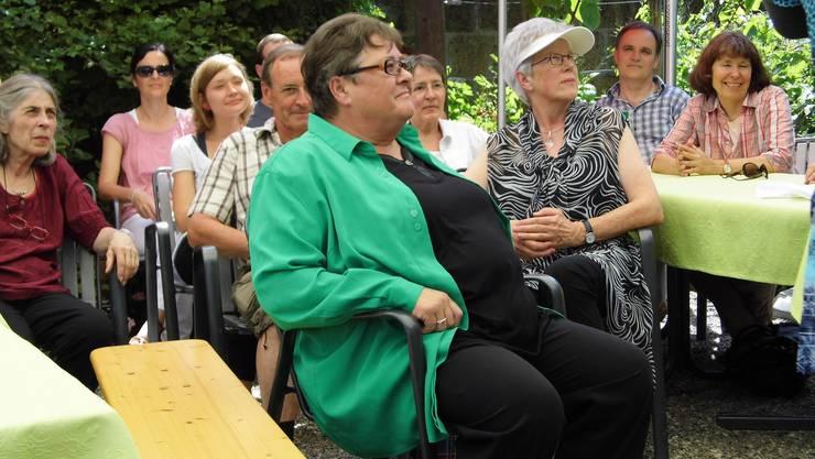 Die zwei Austretenden verfolgen sichtlich amüsiert die Darbietungen im Grünen