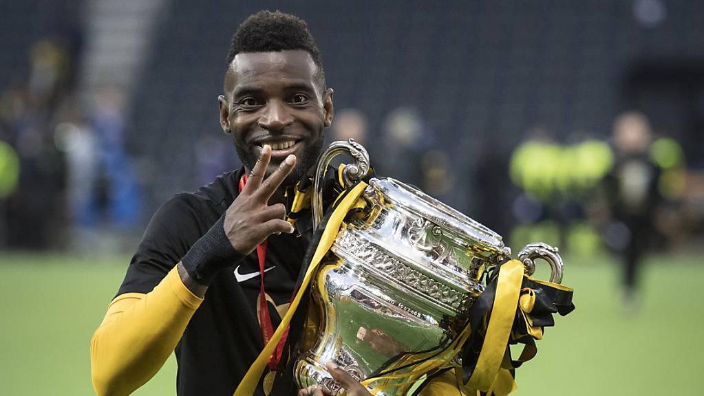 Um diesen Pokal geht es: Der letztjährige Cupsieger Jean-Pierre Nsame von den Young Boys mit der Sandoz Trophäe.