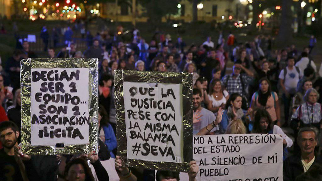 In der argentinischen Hauptstadt Buenos Aires versammelten sich am Abend Demonstranten um gegen Präsident Mauricio Macri zu protestieren, nachdem dessen Offshore-Aktivitäten bekannt wurden.