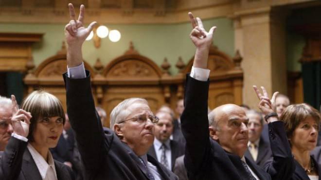 Fühlt sich genauso fit wie bei seiner Wahl vor zehn Jahren in den Bundesrat: Christoph Blocher bei der Vereidigung am 10. Dezember 2003. Links von ihm Micheline Calmy-Rey (SP), rechts Hans-Rudolf Merz (FDP). Foto: Keystone