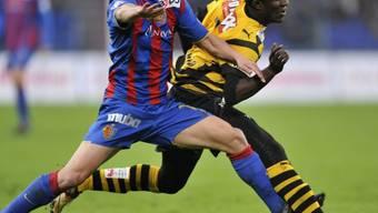 Valentin Stocker (l.) im Zweikampf mit Seydou Doumbia