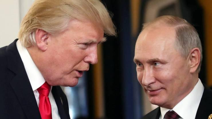 US-Präsident Donald Trump und der russische Präsident Wladimir Putin im Gesprach am Rande des APEC-Gipfels in Vietnam.
