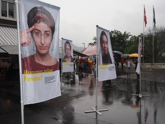 Plakate von Testimonials standen auf dem Bahnhofplatz.