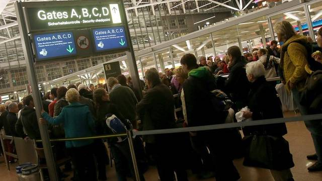 Am Hamburger Flughafen standen die Leute bereits am Donnerstag wegen des Streiks Schlange