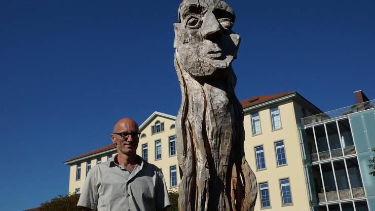 Thomas Hochstrasser mit einem seiner monumentalen Holzmenschen
