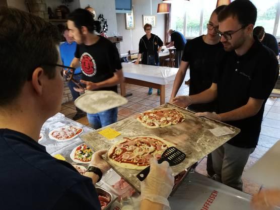 Die MGO-Pizzabäcker am Werk