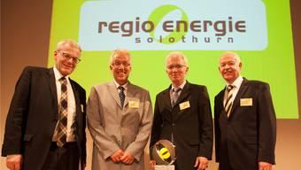 Regio-Energie-Direktor Felix Strässle (r.) und Verwaltungsratspräsident Kurt Fluri (l.) übergaben den diesjährigen Energiepreis an die Pensionskasse von Bosch Schweiz – vertreten durch Geschäftsführer Marcel Jeker (M. l.) und Stiftungsratspräsident Christoph Bärtschi.