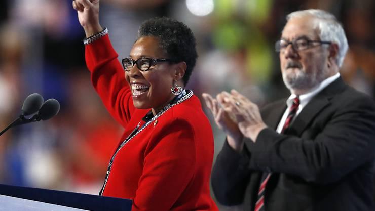 Anstelle der eigentlichen Parteichefin Debbie Wasserman Schultz leitet nun Marcia Fudge die Parteiversammlung der US-Demokraten. Die Parteiführung entschuldigte sich nach der Veröffentlichung interner E-Mails bei Bernie Sanders, der bei der Parteispitze im Wahlkampf wenig Rückhalt fand.