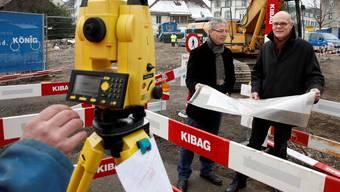 Beat Schöni, städtischer Leiter Tiefbau, und Stadtbaumeister Urs Affolter (rechts) auf der Grossbaustelle Wuhrplatz.  Fotos: Hanspeter Bärtschi