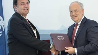 Bundesrat Johann Schneider-Ammann (r.) und Charles Feinstein von der Weltbank unterzeichnen ein Abkommen zum Rohstoff-Programm.