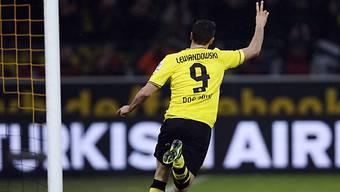 Robert Lewandowski feiert seinen zweiten von drei Treffern