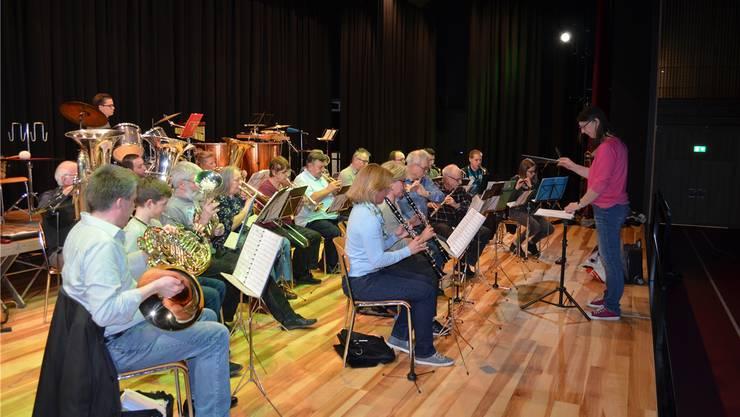 Unter der Leitung von Dirigentin Ramona Welti probt die Musikgesellschaft Hausen für das bevorstehende Jahreskonzert auf der neuen Bühne. IHK