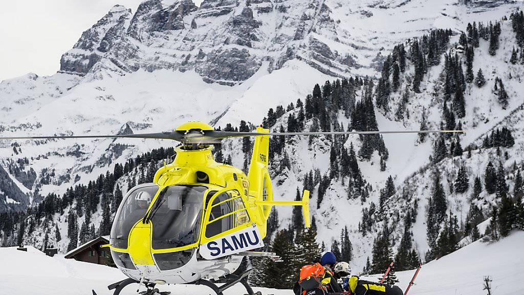 Beim Zusammenstoss zweier Skifahrer in den französischen Alpen ist eine 46-jährige Schwedin ums Leben gekommen. (Symbolbild)