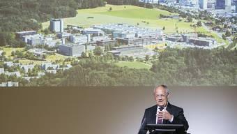 Bundesrat Johann Schneider-Ammann spricht bei seinem Besuch der ETH Hönggerberg in Zürich. Er  informierte sich dort über den neusten Stand der Forschung und den möglichen volkswirtschaftlichen Nutzen der Digitalisierung.