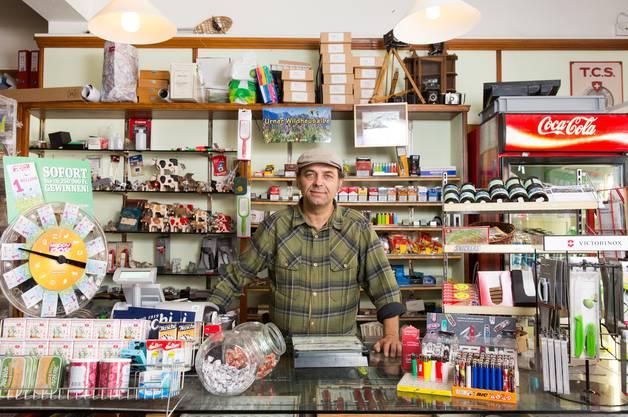 "Der Dorfführer in seinem Kiosk ""Café 61"" in Andermatt."
