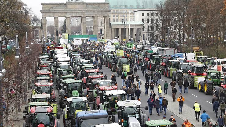Deutsche Landwirte protestieren am Dienstag in Berlin mit ihren Traktoren gegen die Agrarpolitik der Regierung.