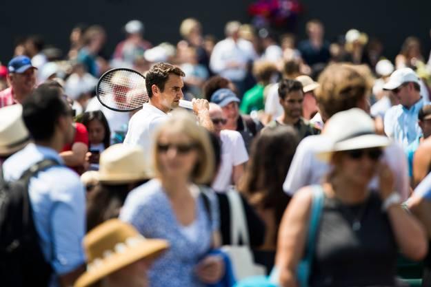 «Dieses Bild ist 2017 entstanden, als Roger sich auf Platz 9 vor einem Spiel zirka 30 Minuten eingespielt hat. Mir gefällt das Foto, weil Federer durch den Kontrast von Schärfe und Unschärfe fast isoliert und von der Menge unbemerkt erscheint. Es wirkt nicht so, als wäre er der Rekordsieger, sondern ein ganz gewöhnlicher Spieler.»