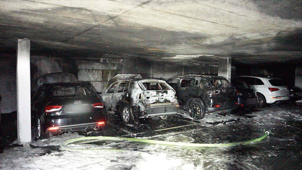 Beim Brand wurden mehrere Fahrzeuge verwüstet.