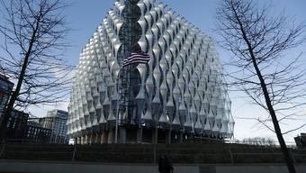 Nicht mehr zentral am Grosvenor Square, aber dafür angeblich sicherer: die neue US-Botschaft in London.