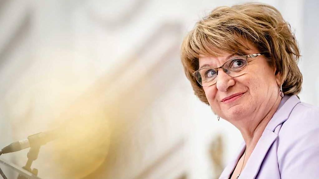 Mariette Hamer, die vom Parlament in den Niederlanden damit beauftragt worden war, die Möglichkeit einer neuen Regierungskoalition auszuloten, nimmt an einer Pressekonferenz teil.