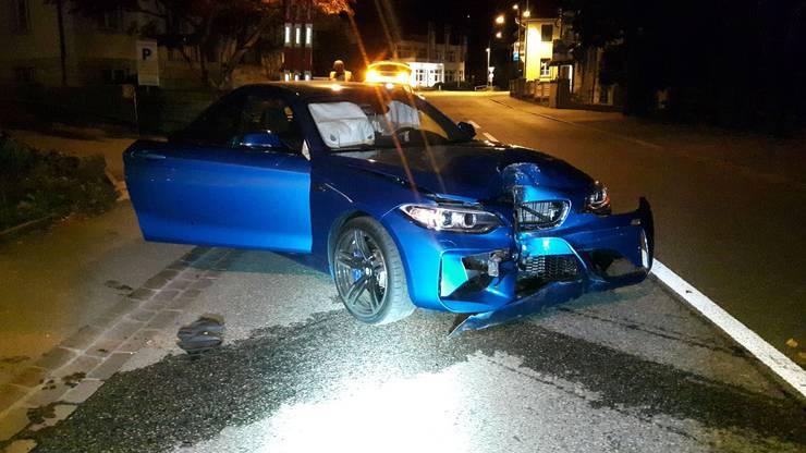 Ein Autofahrer verlor beim Abbiegen die Kontrolle über sein Fahrzeug. Dieses knallte in einen Baum und musste anschliessend abgeschleppt werden, die Insassen blieben unverletzt.