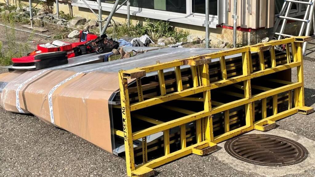 Unter diesem umgekippten Transportgestell mit Glasscheiben wurde ein Arbeiter eingeklemmt und schwer verletzt.
