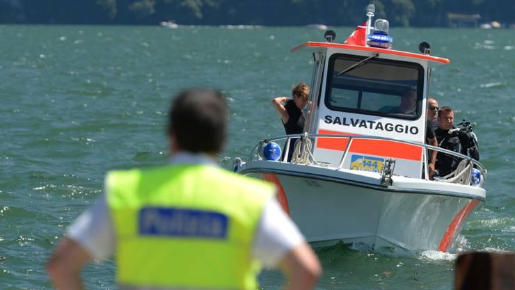 49 Personen sind in diesem Jahr bereits in Schweizer Gewässern ertrunken; im Bild eine Rettungsaktion von 2014 auf dem Luganersee. (Archiv)