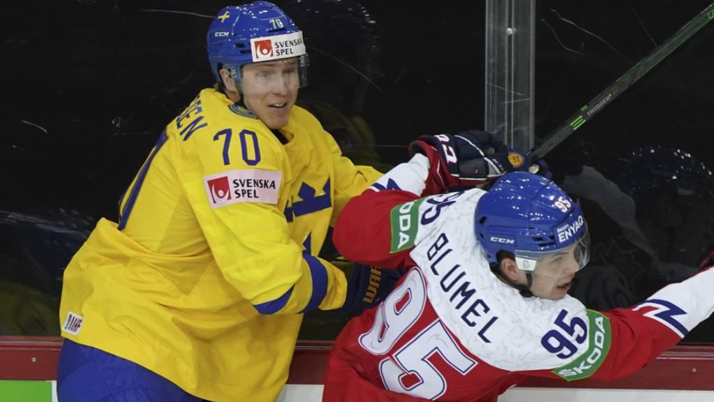 Dennis Rasmussen im Zweikampf mit dem Tschechen Matej Blumel an der WM in Riga.