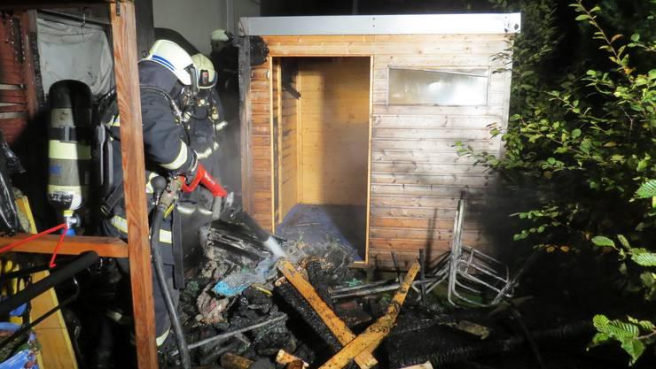 An der Bifangstrasse in Wettingen brach in einem Gartenunterstand ein Brand aus.