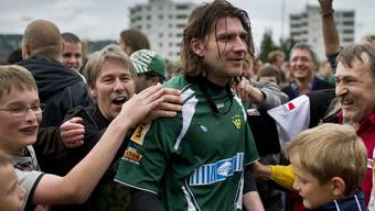 Brühl-Spieler Marc Zellweger feiert mit den Fans den Aufstieg