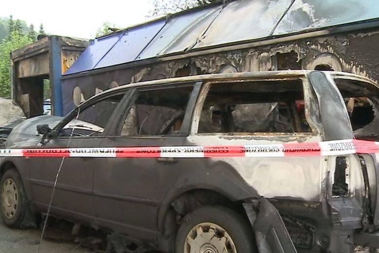 Brand zerstört Fahrzeuge in Hendschiken