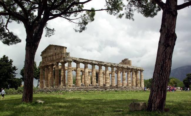 Einer der drei griechischen tepel von Paestum.