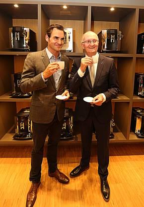 Roger Federer und Jura-General-Manager Emanuel Probst geniessen einen Kaffee