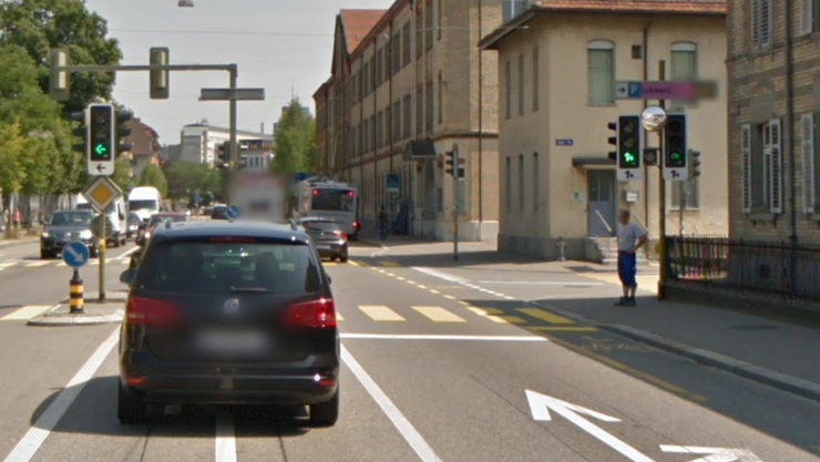 Beim Rechtsabbiegen in die Jägerstrasse kollidierte ein weisser Lieferwagen beinahe mit einem Velofahrer.