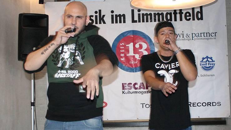 Ruff aus Uster und der Urdorfer Rapper Limmitt heizen den Fans im Caffé Bar Limmatfeld ein.