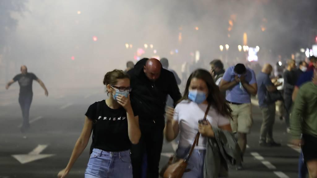 In Belgrad demonstrierten am Dienstagabend zahlreiche Jugendliche gegen die Massnahmen der Regierung zur Eindämmung des Coronavirus.