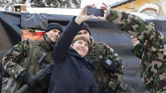 Viola Amherd besucht am WEF eine Truppe der Armee