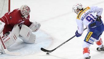 Der zweifache Flyers-Torschütze Hollenstein prüft Goalie Huet