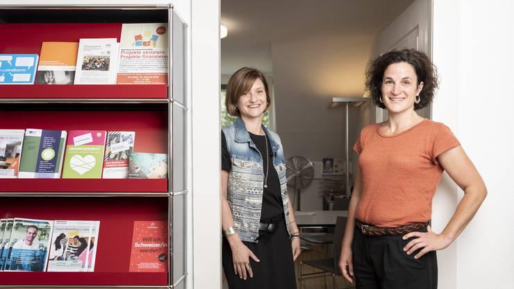 Judith Bühler, links, und Luzia Capanni, Fachstelle Integration Region Baden, fotografiert in den neuen Räumlichkeiten, am 9. Juli 2020.