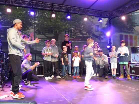 """Impressionen vom HörmalRhein in Rheinfelden:Breakdance begeisterter Kinder aus dem Publikum mit dem """"Tanzwerk Lörrach""""."""