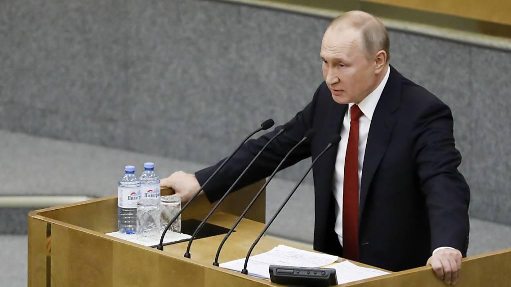 Der russische Präsident Wladimir Putin hat am Samstag das Gesetz für die bisher grösste Verfassungsänderung seines Landes unterzeichnet, das ihm die Präsidentschaft bis 2036 sichern könnte. Quelle: AP Fotograf: Pavel Golovkin Restriktionen: Copyright 2020 The Associated Press. All rights reserved.