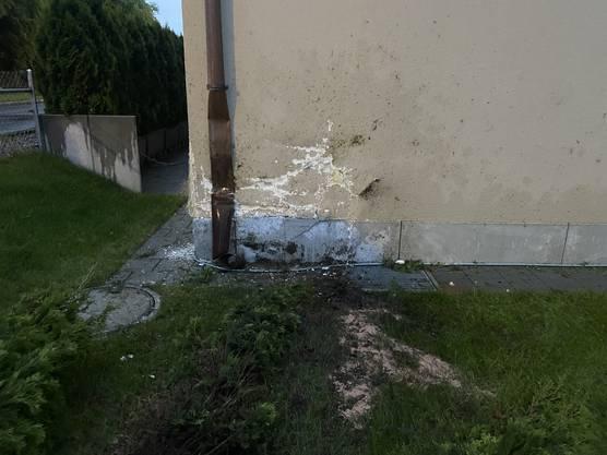 Die beschädigte Hausmauer.